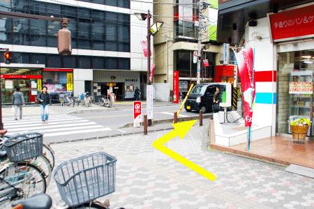 横断歩道の手前を右折してください。